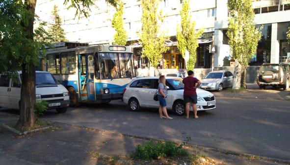 В Краматорске троллейбус наехал на «Шкоду» (ВИДЕО) (фото) - фото 1