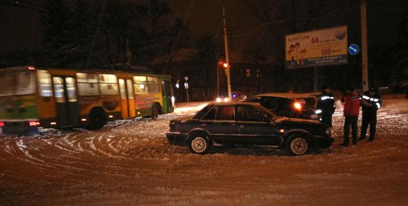 Во время снегопада в Краматорске произошло ДТП на перекрестке (фото) - фото 2
