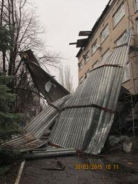 В Краматорске ураганом сорвало крышу здания (фото) - фото 1
