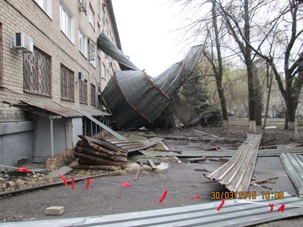 В Краматорске ураганом сорвало крышу здания (фото) - фото 2