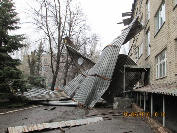 В Краматорске ураганом сорвало крышу здания (фото) - фото 3